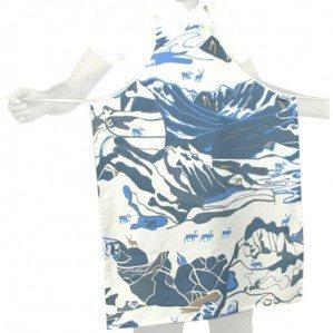 FJÄLL förkläde i blått, Emelie Ek Design för Frösö Handtryck! Handtryckt mönsterdesign av handteckande Fjäll med renar på tyg samt på produkter såsom kuddar, kassar, förkläden etc.