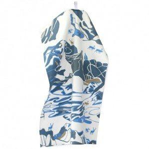 FJÄLL kökshandduk i blått, Emelie Ek Design för Frösö Handtryck! Handtryckt mönsterdesign av handteckande Fjäll med renar på tyg samt på produkter såsom kuddar, kassar, förkläden etc.