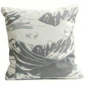FJÄLL 50 x 50 cm kuddfodral grå, Emelie Ek Design för Frösö Handtryck! Handtryckt mönsterdesign av handteckande Fjäll med renar på tyg samt på produkter såsom kuddar, kassar, förkläden etc.