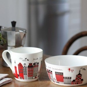 Lovely picture of popular Mitt Stockholm mug and bowl. Mitt Stockholm collection concist of trays, cutting boards (in red and sand) and a note book. You can also buy Mitt Stockholm (My Stockholm) as fabric, cushion cover as well as an apron etc from Klippan Yllefabrik.