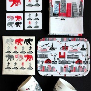 Mitt Oslo collection in a new version of the pattern with buildings such as Operan and Barcode as well known statues such as Sinntagggen and Tigeren. The collection consists of a kitchen towel, trays as well as dish cloths as well as coasters.