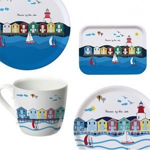 Houses by the Sea in a new edition is one of my news for spring/summer 2017. The collection consists of trays in different sizes, a mug as well as a kitchen towel and a dish cloth. The trays are produced in Sweden from birch tree, and the mug from bone china in Germany.