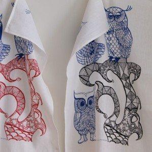 Lovely Owls kökshandduk blå/röd. Tillverkad i Sverige av 50 % linne / 50 % bomull.
