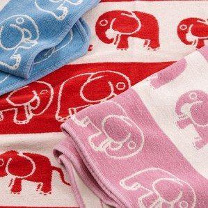 Jag har designat dessa söta barnfiltar i skön bomullschenille med små elefanter på för Klippan Yllefabrik! Little Elephant finns i fina färger såsom rosa, blått och rött. Den perfekta gåvan till den nyfödda bebisen eller som doppresent!