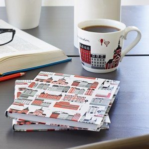 En vacker och stämningsfull bild av Mitt Stockholm mugg och skrivbok i rött, nyheter för våren 2014, plåtad av Frida Svahn och Michael Förster.A beautiful picture of  Mitt Stockholm mug and writing pad in red, new for spring 2014, shot by Frida Svahn och Michael Förster.