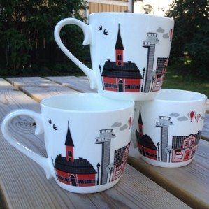 Sigtuna mugg i benporslin med motiv av Sigtunas fina  hus i grått, svart och rött.Sigtuna mug in bone china with Sigtunas lovely houses printed in grey, black and red.