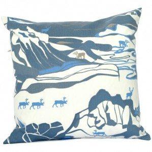 FJÄLL 50 x 50 cm kuddfodral blå Emelie Ek Design för Frösö Handtryck! Handtryckt mönsterdesign av handteckande Fjäll med renar på tyg samt på produkter såsom kuddar, kassar, förkläden etc.