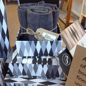 Harlequin original jag designade för Papp Limited 2011, nominerades för Formex Formidable 2012. Här kommer uppföljaren: Harlequin grå. Allt finns i underbara linneklädda boxar och pärmar tillverkade på äkta högkvalitativt bokbinderi-vis.