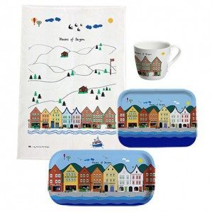 Houses of Bergen Collection finns som brickor i olika format och storlekar liksom en kökshandduk och en mug etc.Houses of Bergen Collection comes as trays in different sizes as well as a kitchen towel and a mug etc.