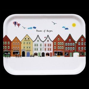 Houses of Bergen frukostbricka vit. 43 x 22 cm. Tillverkad i Sverige av björklaminat.Houses of Bergen breakfast tray white 27 x 20 cm. Made in Sweden from birch laminate.